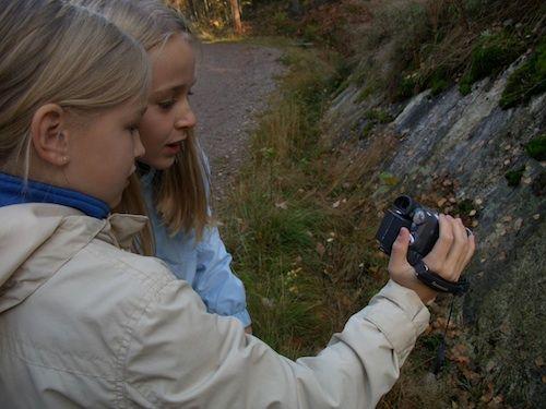 Kamerakynän pedagogiikka.  Opettajan opas Koulussa kamerakynällä voi tehdä mitä vain: tutkia, tarkkailla, tallentaa, toistaa, sanoa, kirjoittaa ja koostaa.  Opas esittelee kamerakynän pedagogiikan, menetelmän videokameran käyttämiseen kynän kaltaisena monipuolisena ja helppona oppimisen välineenä. Työkaluja ja ideoita, jotka auttavat soveltamaan videokuvausta eri oppiaineisiin.