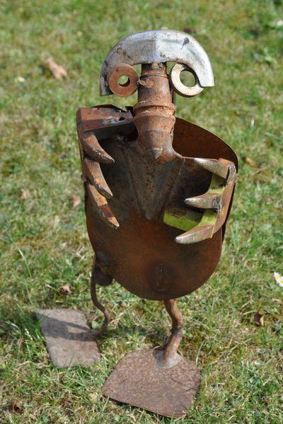tiefbau grabowski skulptur aus schrott skulpturen aus schrott aus der galerie umtata. Black Bedroom Furniture Sets. Home Design Ideas