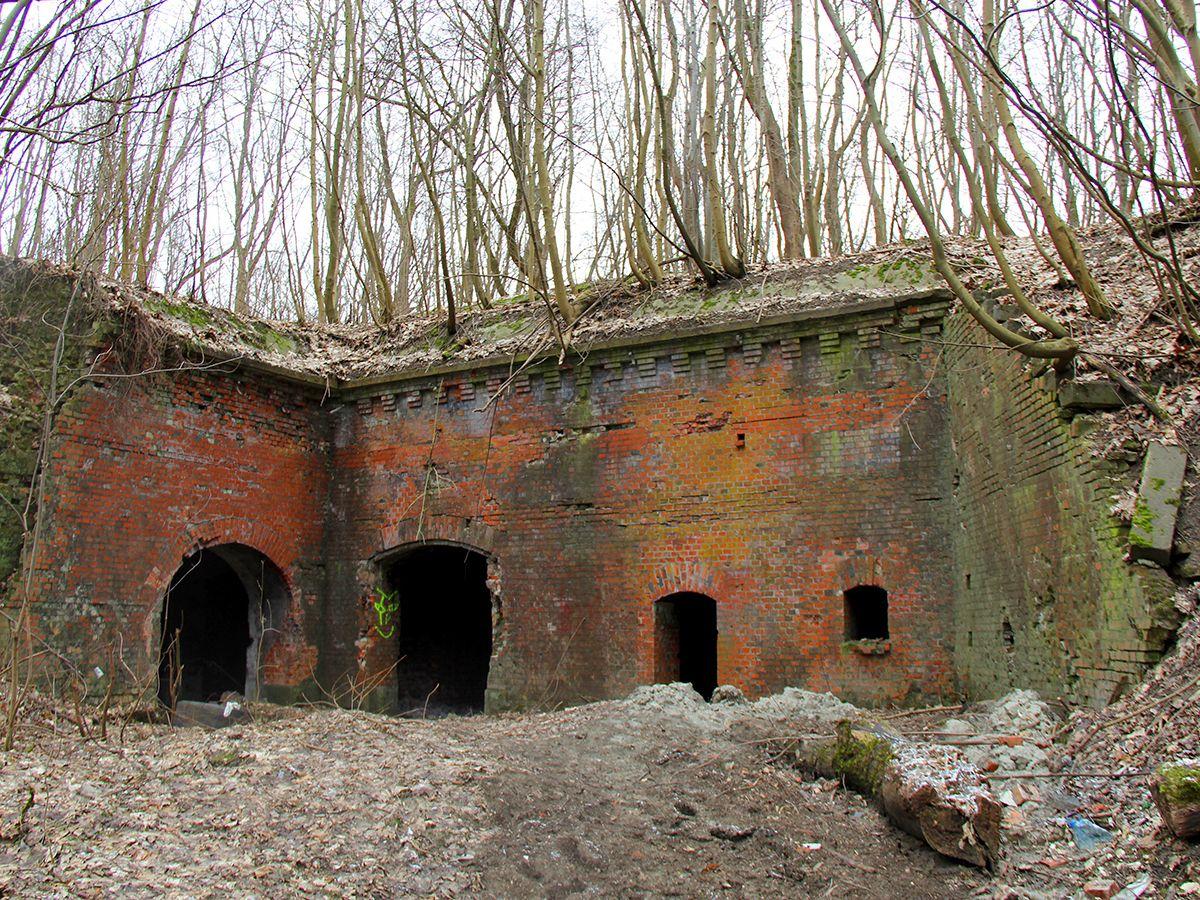 Вход внутрь форта с противоположного конца двора