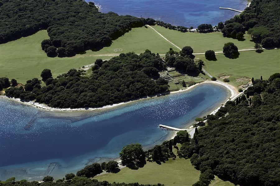 Brijuni / Islas Brioni son un grupo de catorce islas pequeñas pertenecientes a Croacia, que están en la parte norte del Mar Adriático, separadas de la costa oeste de la península de Istria, por el estrecho de Fažana