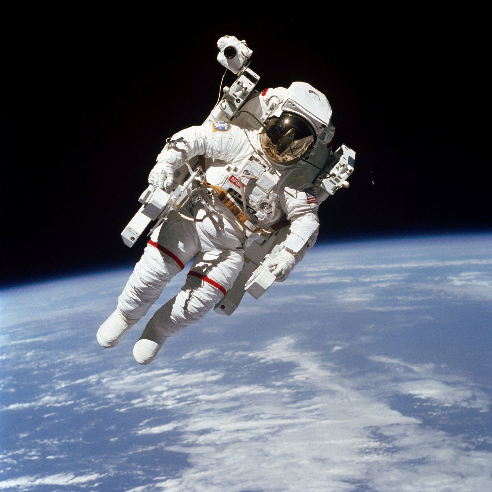 An iconic photo of Bruce McCandless floating above Earth ...