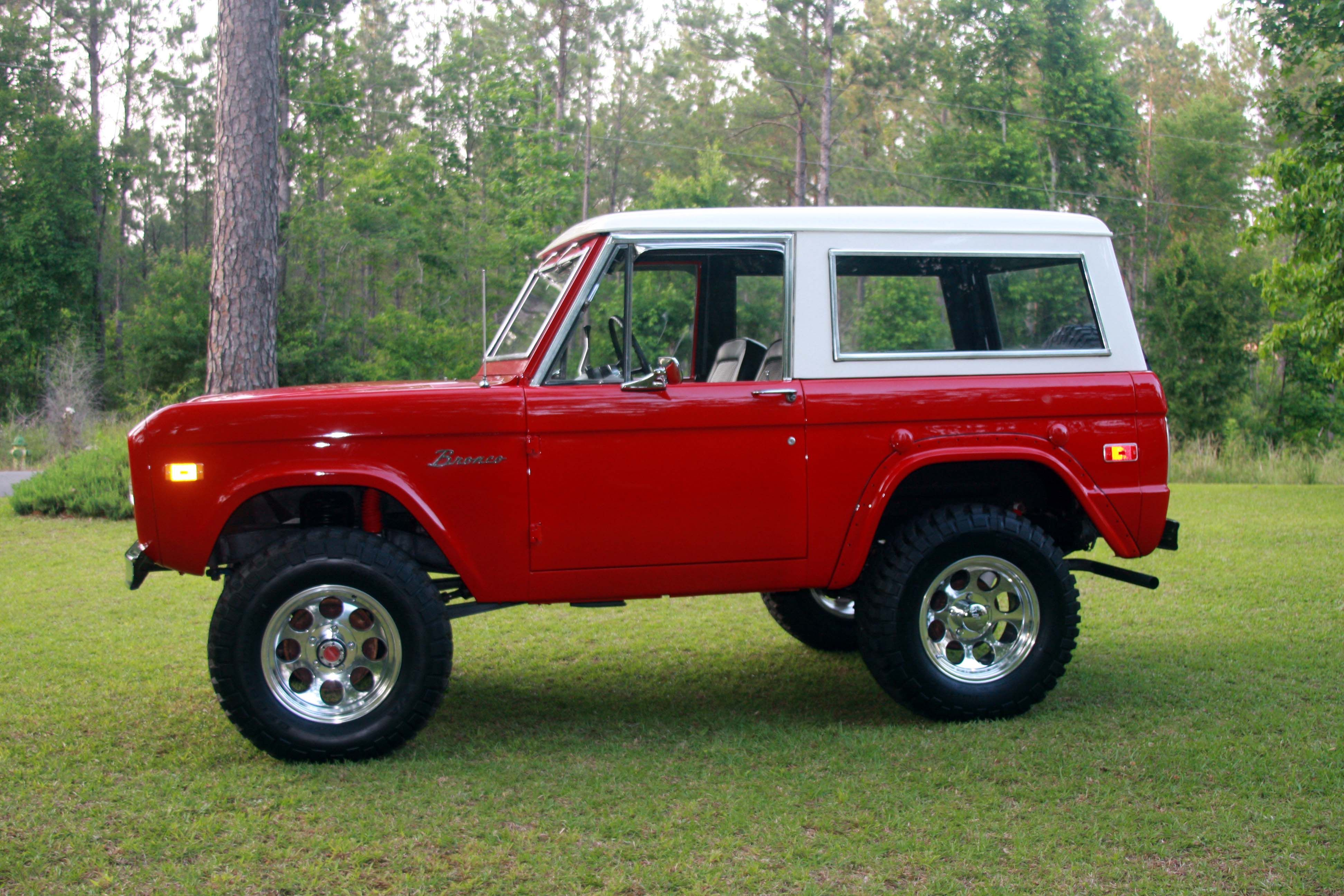 Classic Ford Bronco Would Love To Cruise Around In This With The Top Off The Broncos Top Tha Ford Bronco Classic Ford Broncos Old Ford Bronco