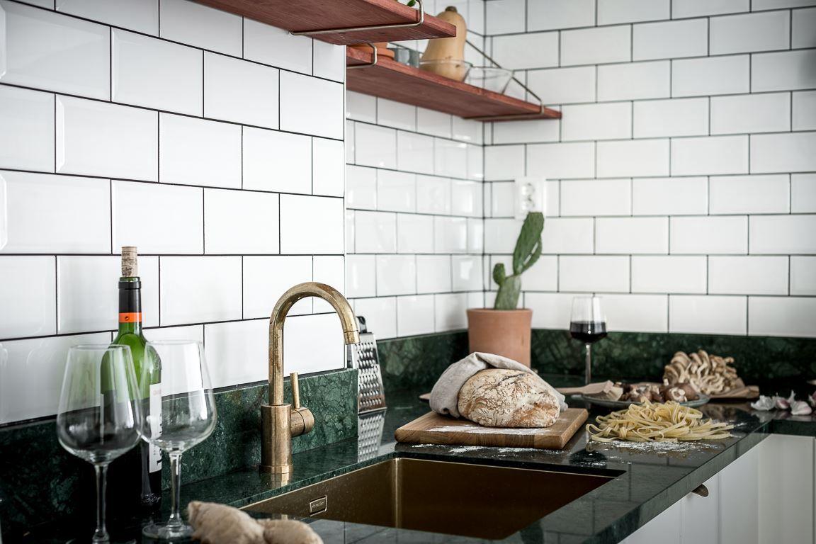 Het keukenblad van groen marmer is hét paradepaardje van dit