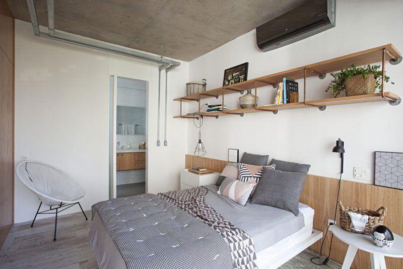 Inloopkast In Badkamer : Industriële slaapkamer met een inloopkast én badkamer