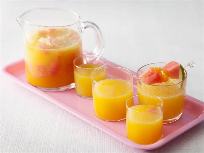 Kesän juhlissa tarjotaan usein boolia. Tämä hedelmäinen booli sopii niin lapsille kuin aikuisille.