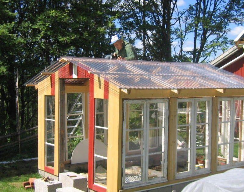 Nå begynner det å ligne noe Her sitter min gode hjelper og nabo på taket, som i dag er ferdig lagt.    Under her har jeg så vidt begynt å ma...