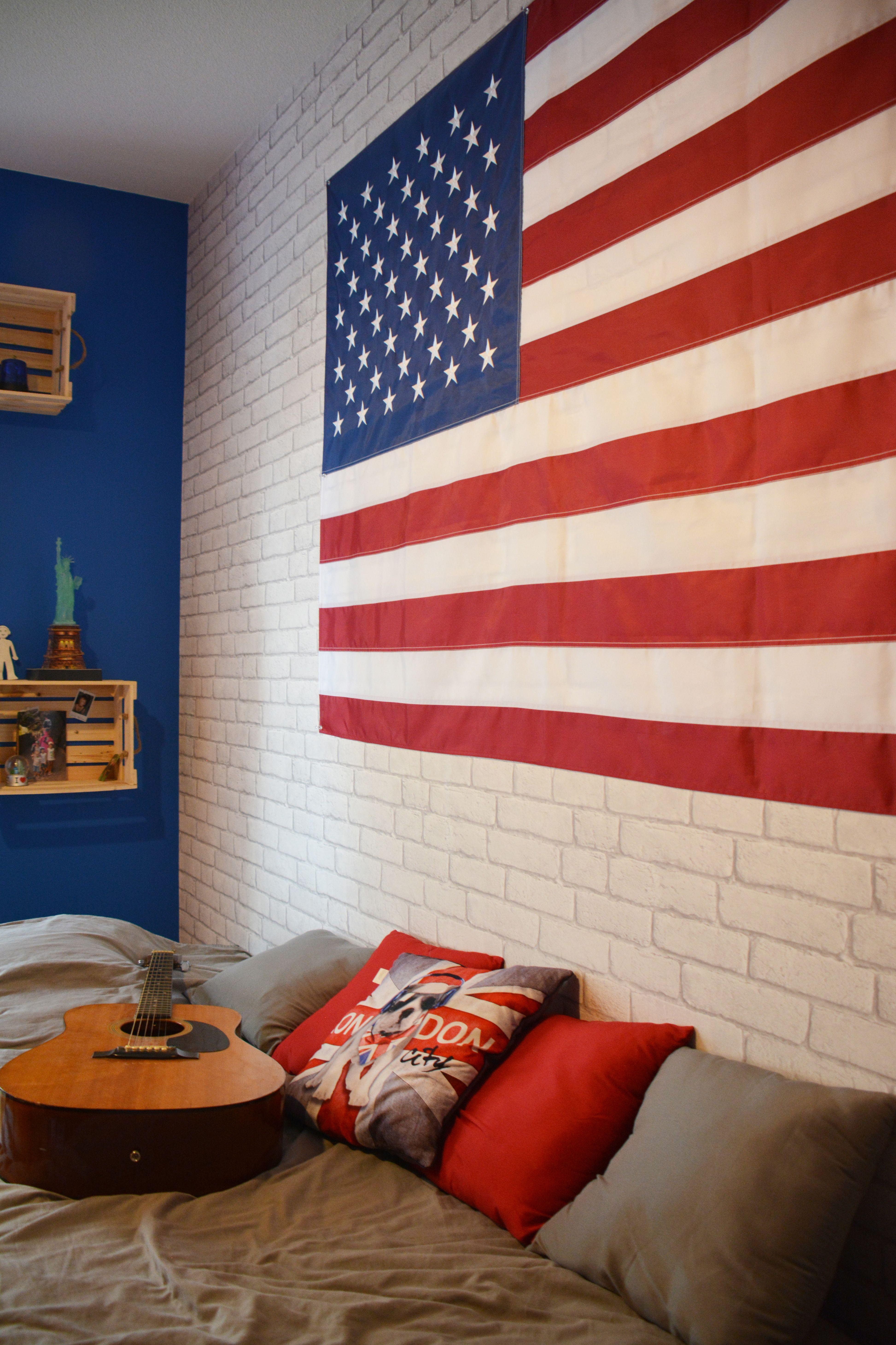 Chambre pour enfant ado sur le thème des USA avec un grand drapeau
