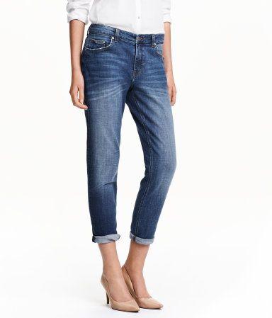 Ett par ankellånga 5-ficksjeans i stretchig, tvättad denim. Jeansen har något lösare passform, avsmalnande ben och normalhög midja.