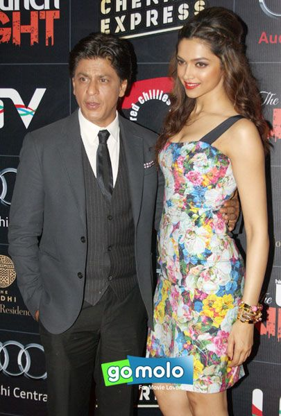 Shah Rukh Khan Deepika Padukone At Brunch Night With Chennai Express In New Delhi Look Ma Who Stands Taller Cool Hairstyles Deepika Hairstyles Hair Styles