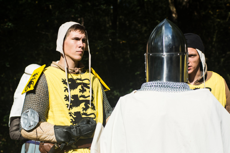 Een ridder en zijn schildknaap. aan hun wapenrokken te zien staan