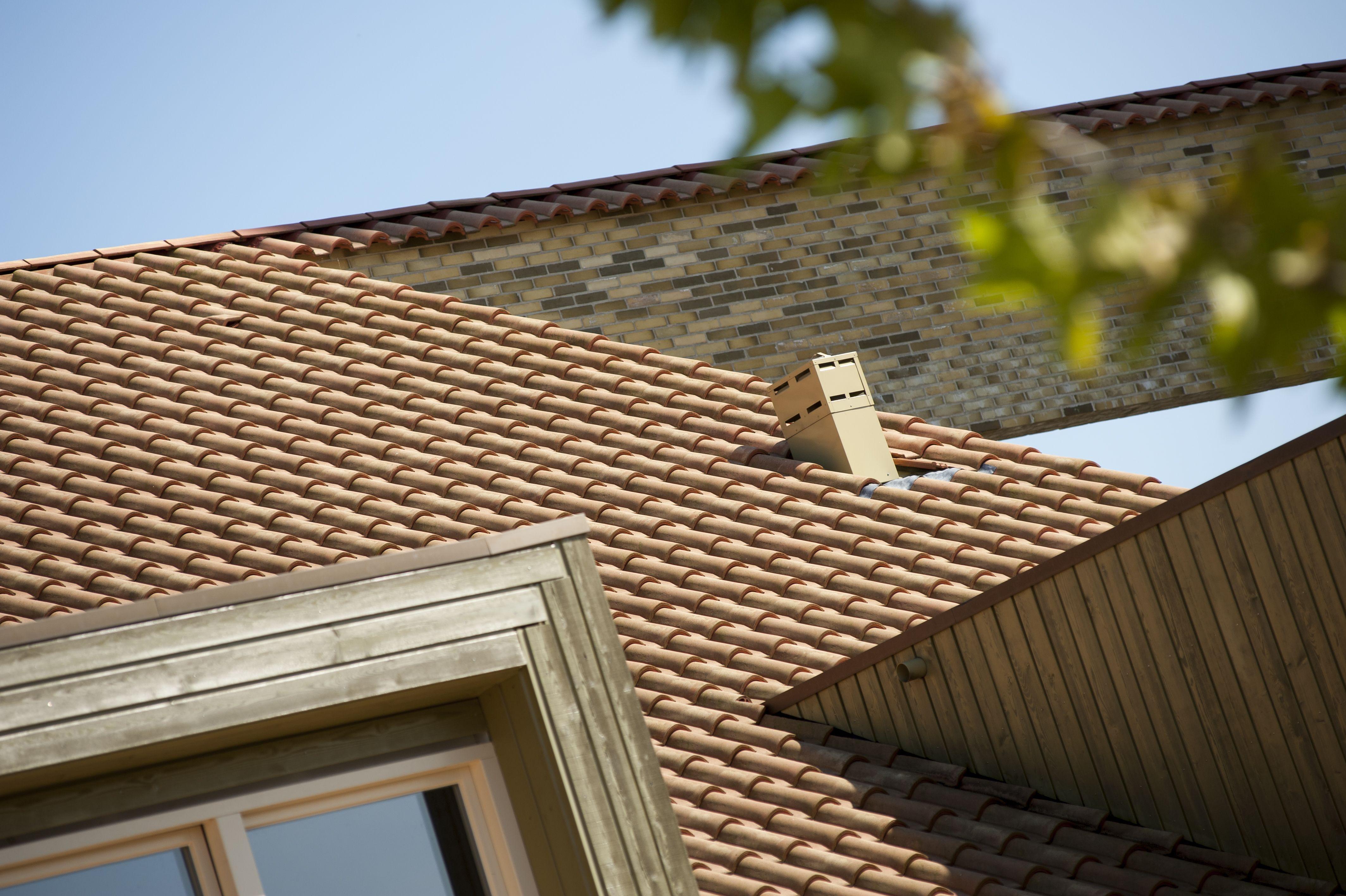 Keramische dakbedekking voor duurzame onderhoudsvriendelijke dakpannen met een lange levensduur. Panmodel: Romane