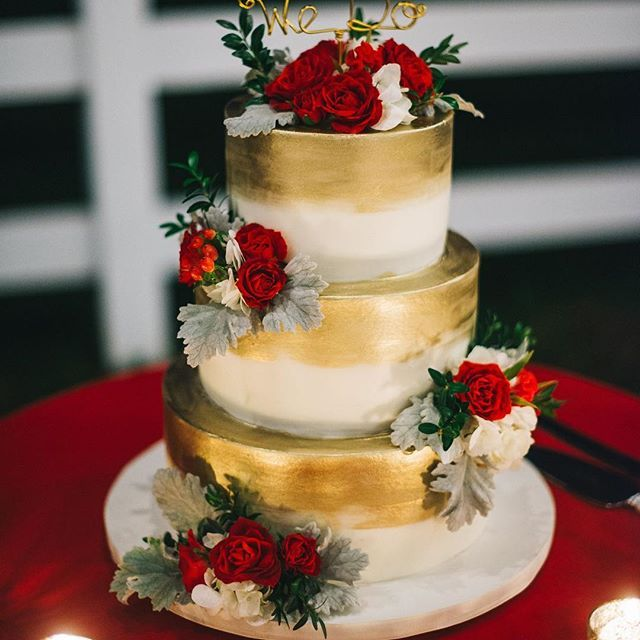 A gold dusted #weddingcake? Yes please!