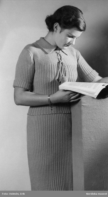 f839b219d7b3 Kvinnlig modell visar en stickad dräkt, ca 1935-1945. Foto: Erik Holmén