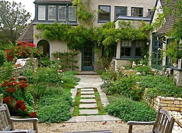 Vorgarten Im Englischen Stil Und Gehweg Zum Haus | Garden & More ... Englische Garten Gestalten