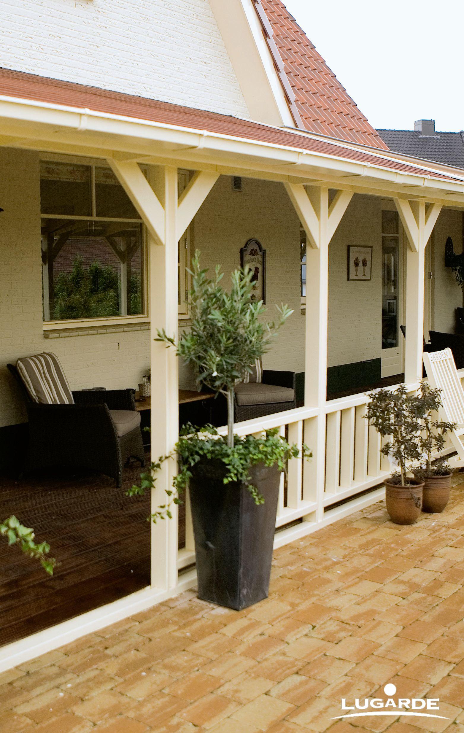 Entspannt Auf Der Veranda Sitzen Und Den Ausblick In Den Eigenen Garten  Genießen   Will Das