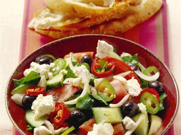 Griechischer Salat mit Fladenbrot ist ein Rezept mit frischen Zutaten aus der Kategorie Gemüsesalat. Probieren Sie dieses und weitere Rezepte von EAT SMARTER!