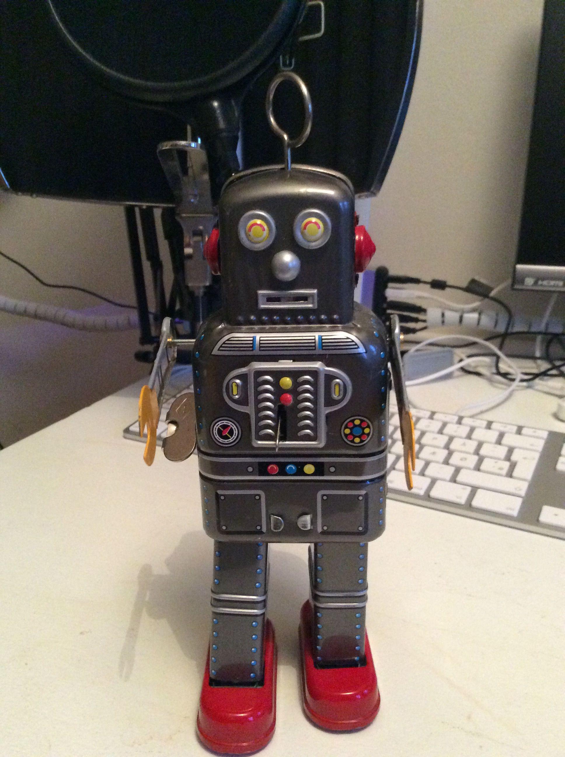 Lloyd Robot er opkaldt efter Lloyd Cole, en engelsk sanger. Lloyd er god til at give kram.