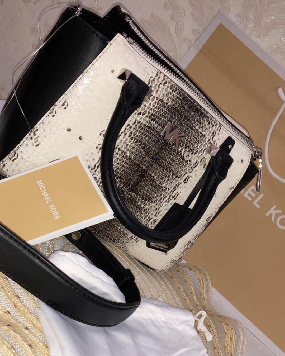 النوع مايكل كورس اللون اسود بأبيض وحجم ميني الحالة جديده لم تستخدم سنة الشراء ٢٠١٨ ١١