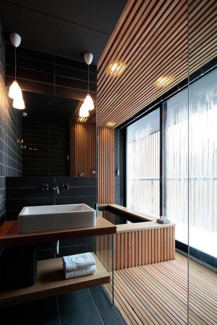 Salle De Bain Noir Et Bois Avec Plafond Bois, Revêtement De Sol Assorti Et  Tablier De Baignoire En Lattes De Bois