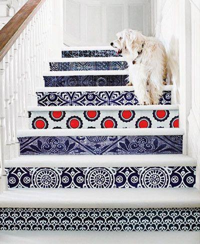 escalera decorada con papel pintado