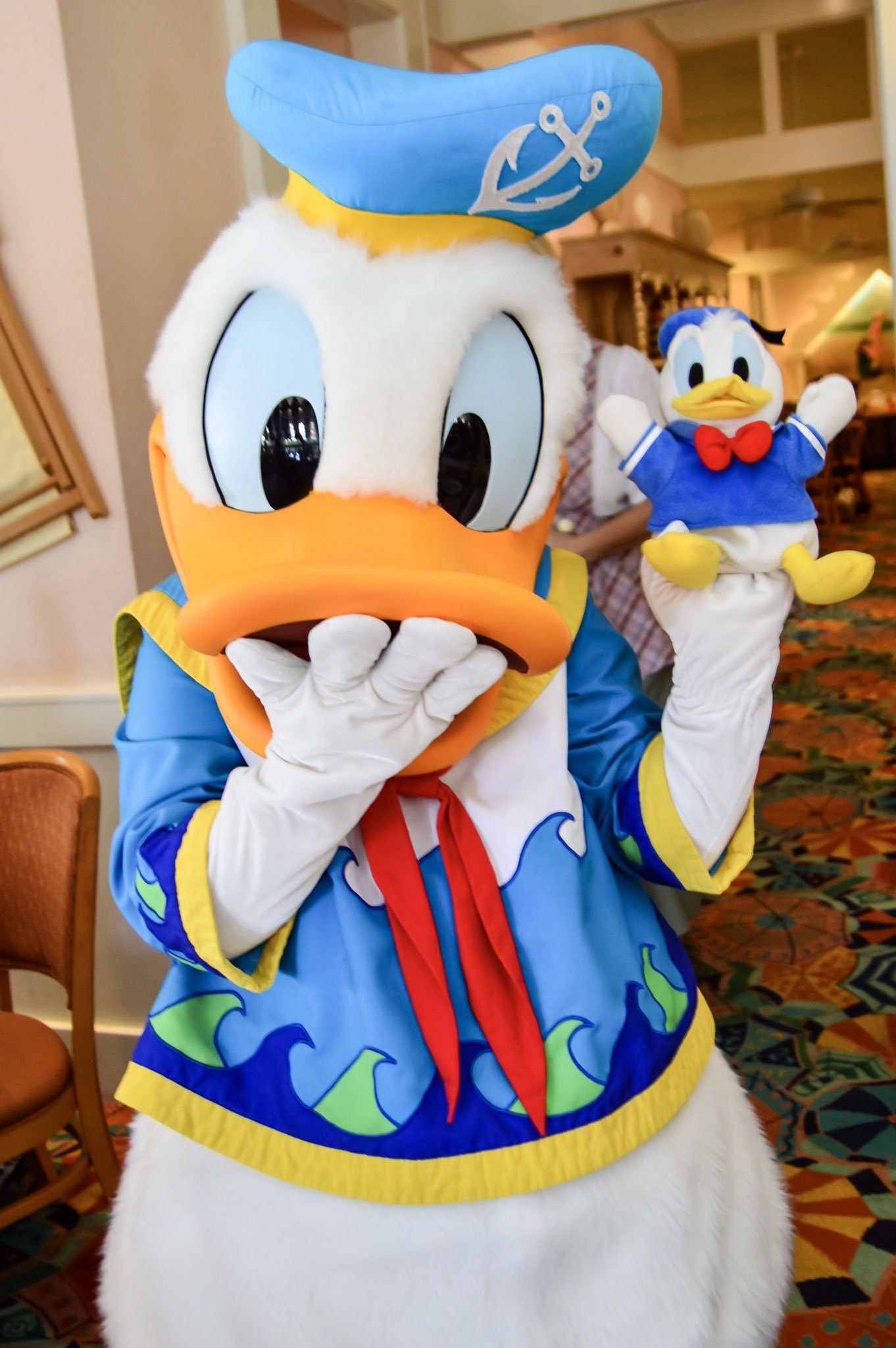 Donald Duck Holding A Toy Donald Duck ドナルド 壁紙 ミッキー