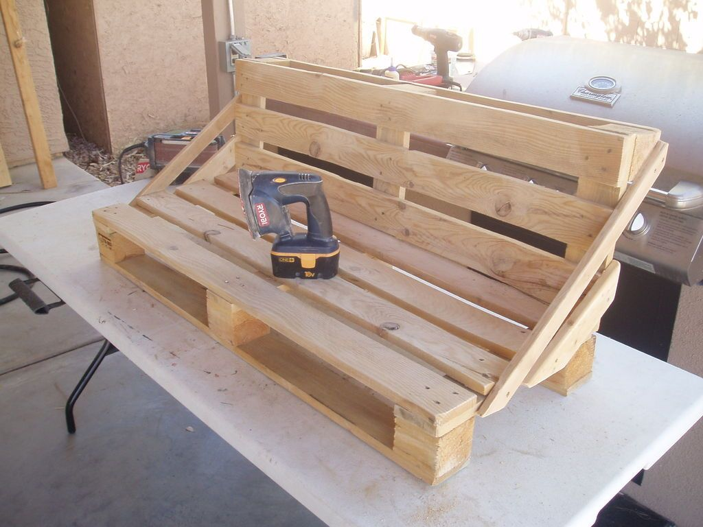 Pallet bench project a lil sanding gardening for Divani con pedane