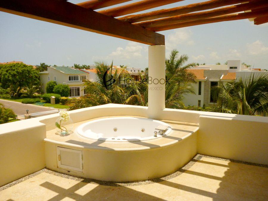 terraza con jacuzzi y prgola