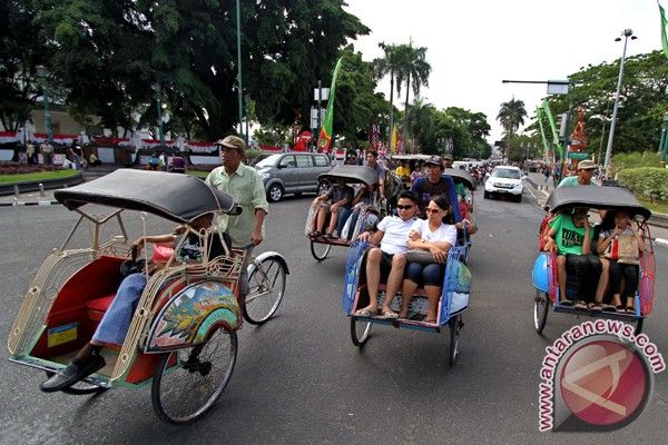Becak Must Be Indonesia S Tourism Icon Indonesia Tourism Public Transport
