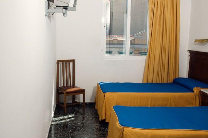 #HostalConchita: habitaciones equipadas con TV, aseo propio, aire acondicionado, calefacción y limpieza diaria