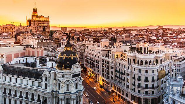 Madrid es una ciudad con pocos monumentos de fama internacional, una ciudad que se apodera del viajero poco a poco en lugar de abrumarlo a primera vista.  La capital de España es un destino maravilloso durante todo el año.