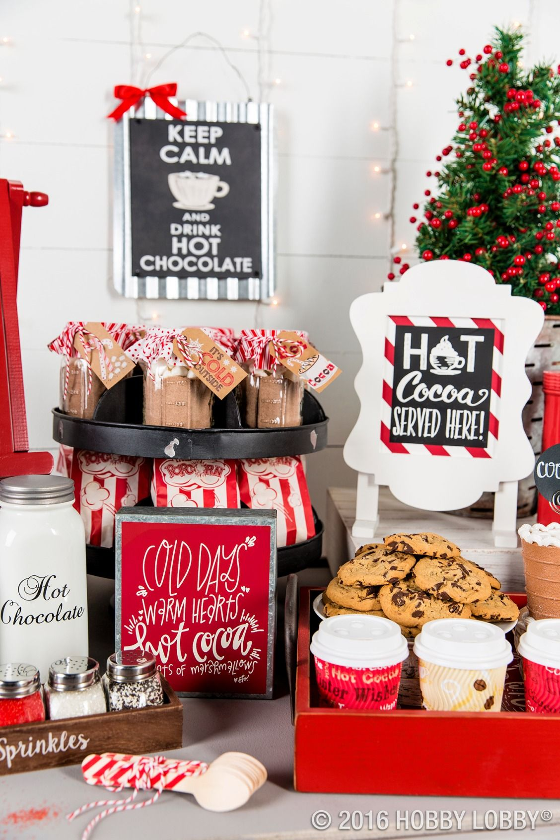 This Christmas, host a hot chocolate-themed movie night for family and friends! #hotchocolatebar