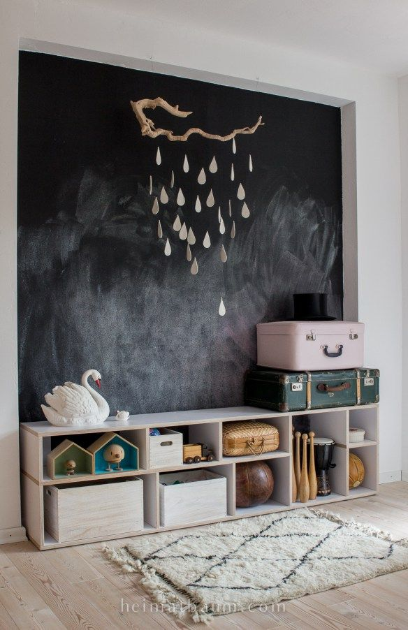kinderzimmer mit tafelfarbe an der wand kinderzimmer tafelfarbe regal wandgestaltung. Black Bedroom Furniture Sets. Home Design Ideas