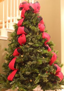 vertical tuck method of applying ribbon garland to a christmas tree