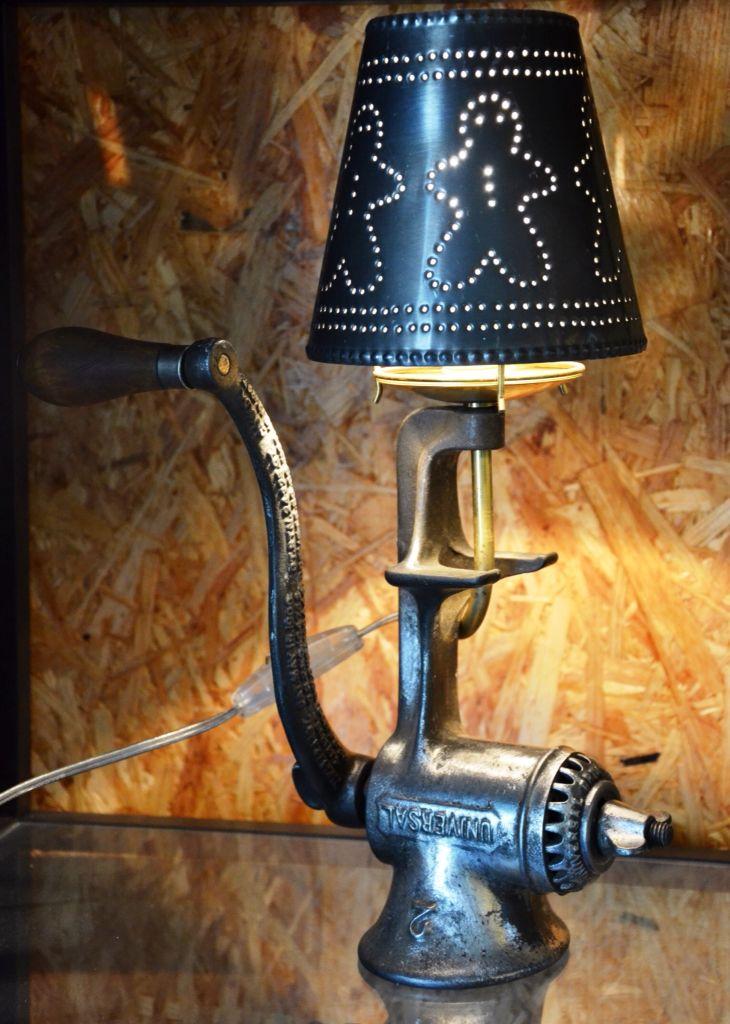 lampe a poser faite d\'un vieux moulin a viande et abat-jour en tole ...