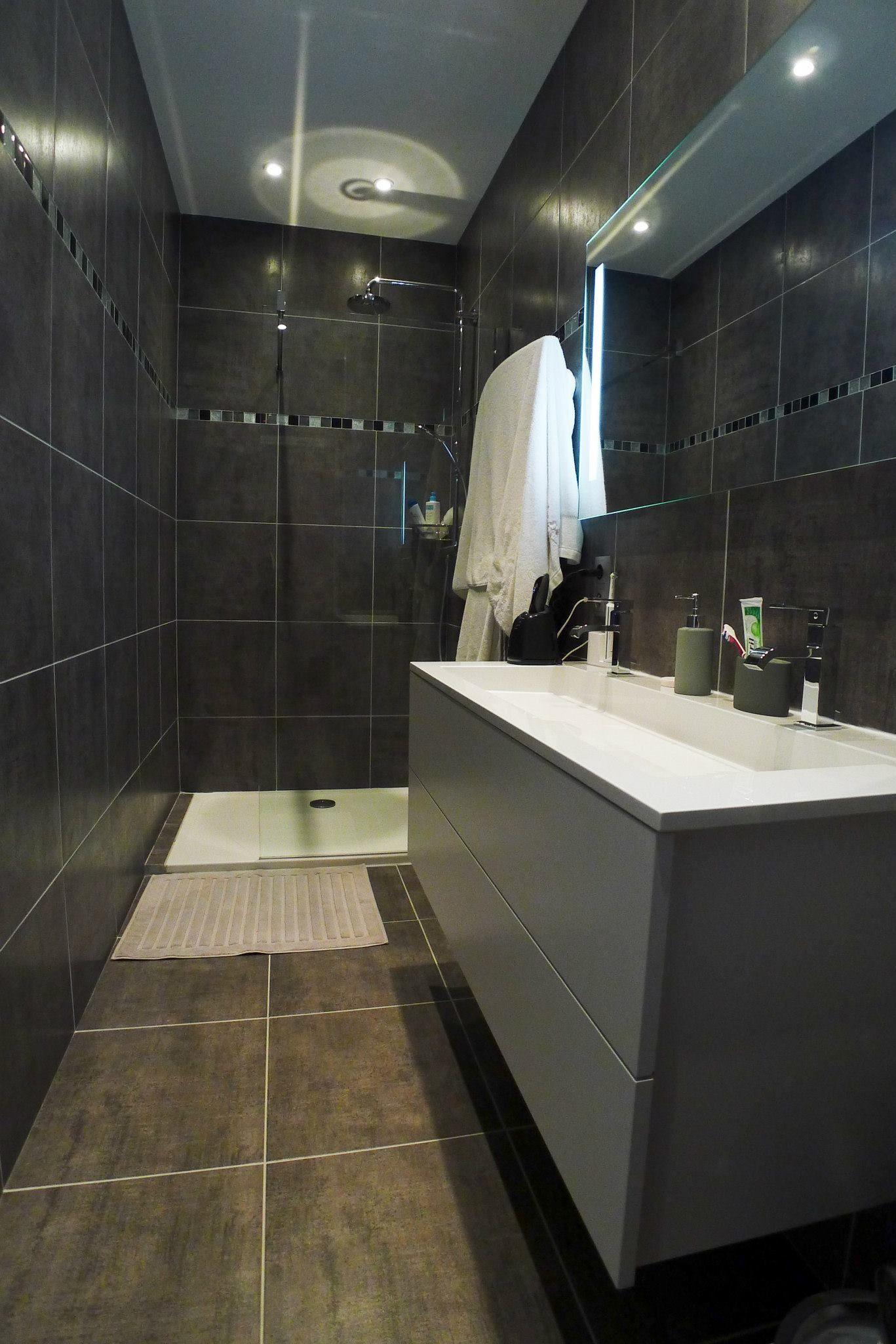 Salle de bain r nov e par de grands carreaux de carrelage - Carrelage noir brillant salle de bain ...