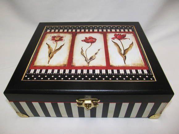 Caixa de maquiagem grande em MDF, decorada com pintura e decoupagem. Na parte interna tem espelho, e 12 divisões; Confecção Atelier da ponte R$ 85,00