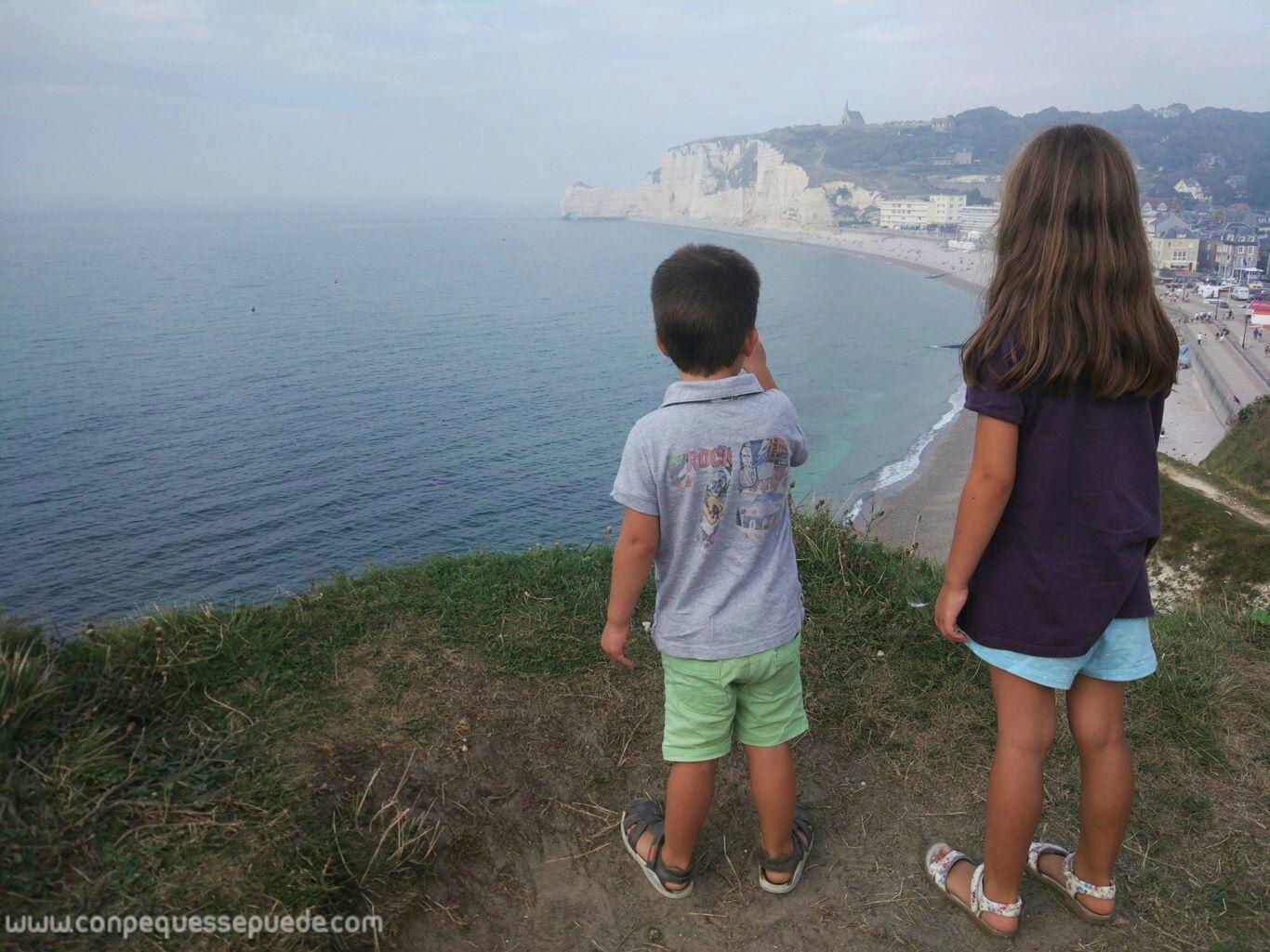 Los Peques Disfrutando De Las Vistas En Etretat Viajar Con Niños Niños Normandía