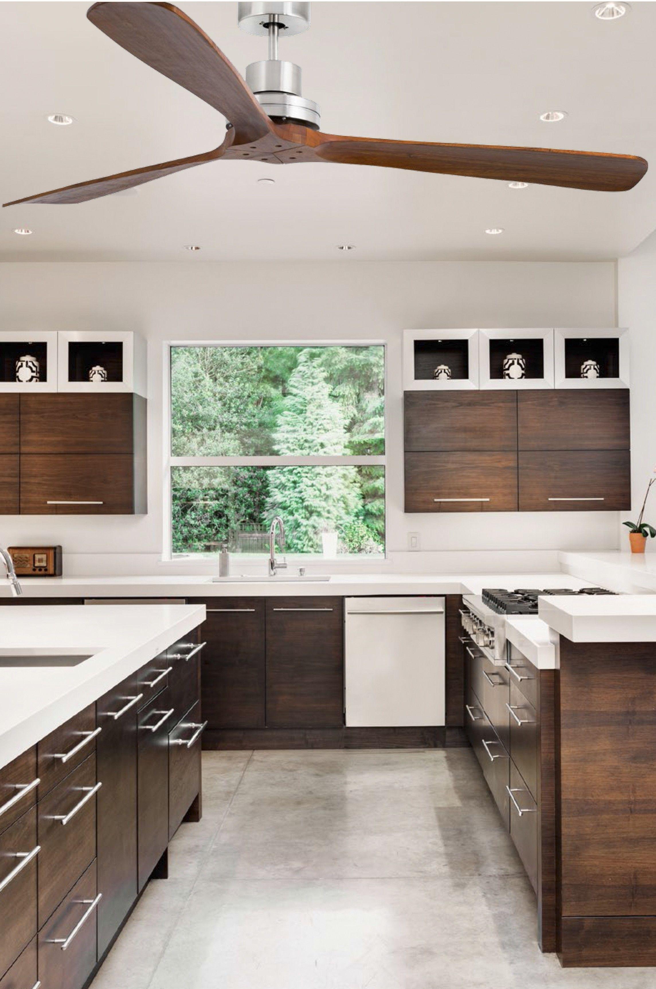 avec ses p les en bois naturel ce ventilateurs lumineux se fond parfaitement dans une pi ce de. Black Bedroom Furniture Sets. Home Design Ideas