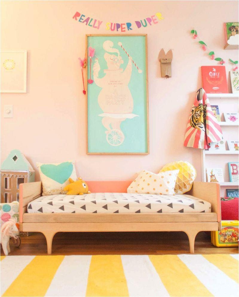 Kinderzimmer Farben Pastellfarben Rosa Streifen Teppich Gelb Weiss