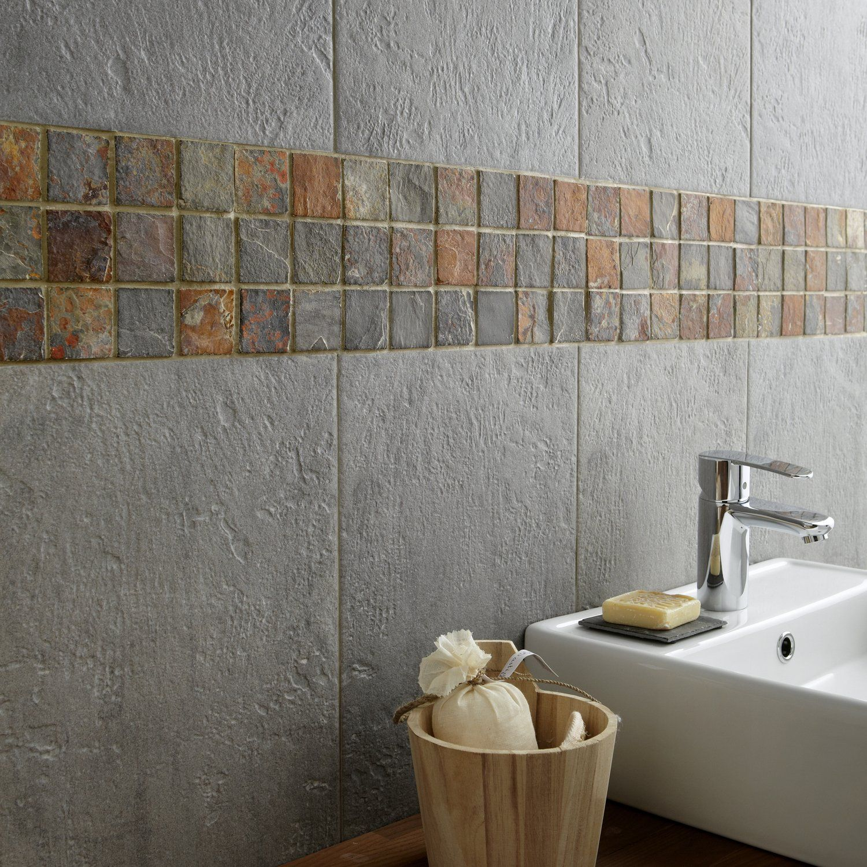 Une Mosaique Grise Et Rouille Et Carrelage Gris Aspect Ardoise Decoration Maison Carrelage Salle De Bain Deco Maison