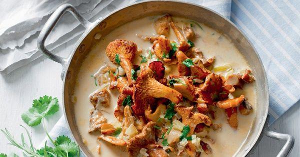 Cassolette de champignons des bois à la crème et au persil, pain à l'ail