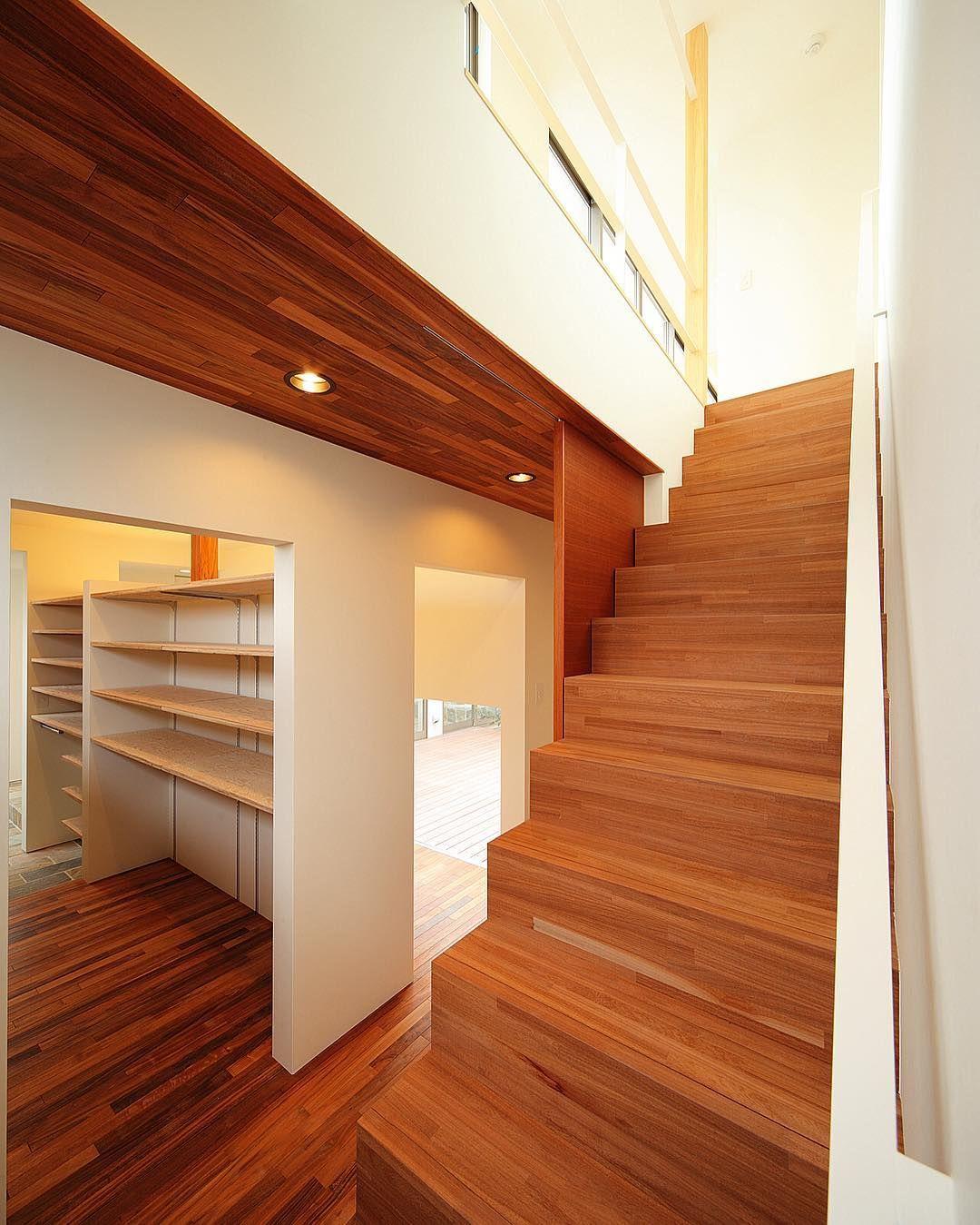 Haus Vila クルパイのフローリング 天井材にブビンガの階段 いずれも
