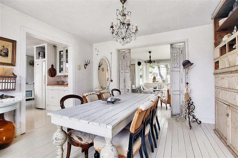 Keltainen talo rannalla: Valkoista ja vintagea
