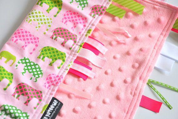 Bébé ruban couverture - grand 16 X 16 - apprentissage Ribby Lovey - rose éléphant urbain - avec point Minky rose