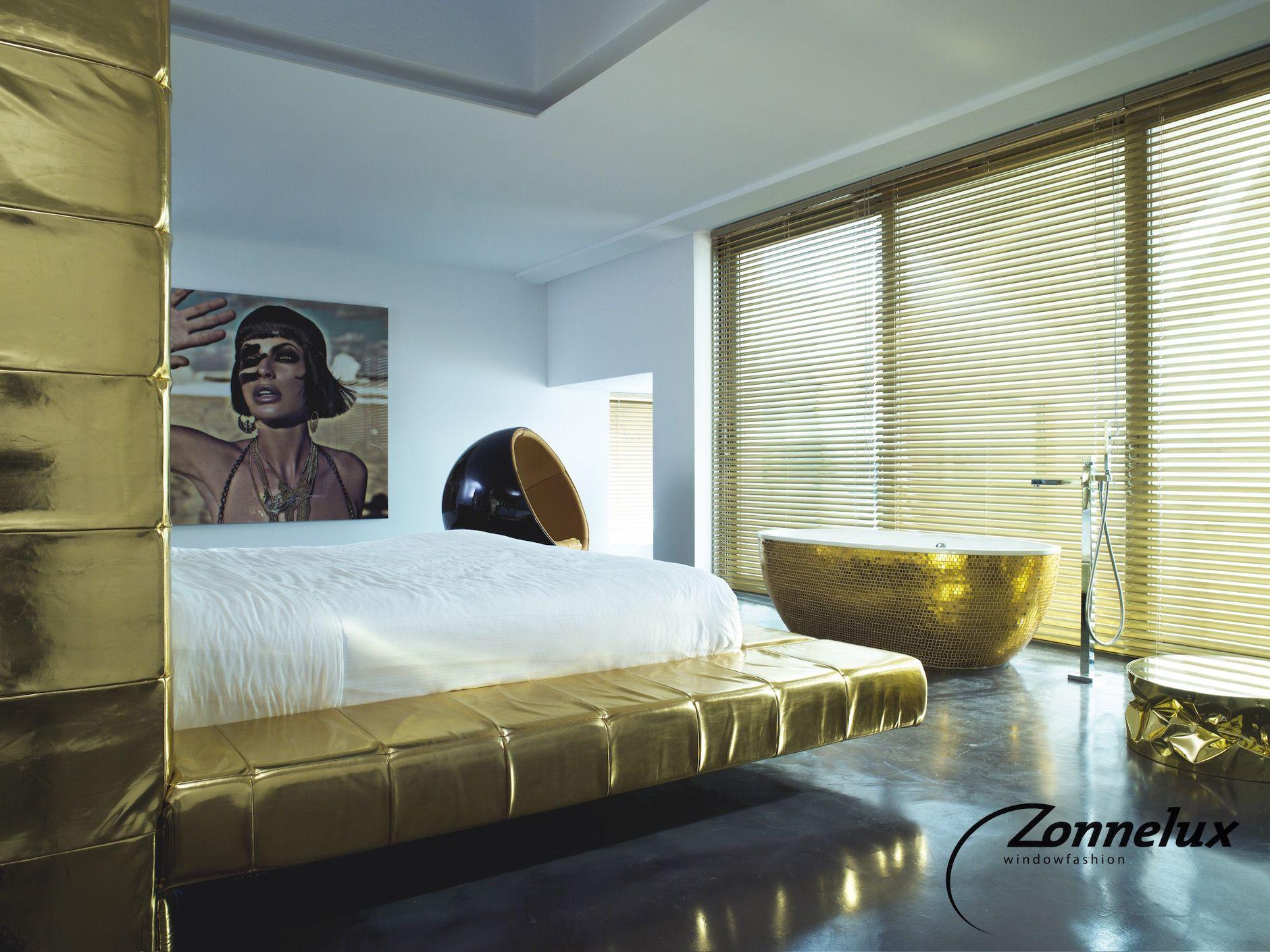 Aluminium jaloezie van zonnelux in de slaapkamer. sfeerfoto´s