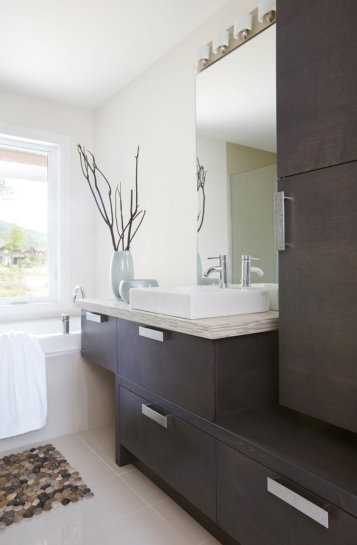 Dans cette salle de bains de style moderne nous for Mobilier salle de bain moderne