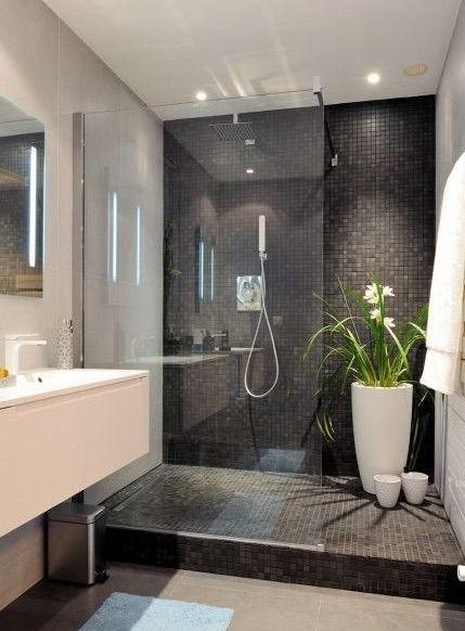R�alisation d'une salle de bain avec douche � l'italienne, mosa�que, grande baie de protection.