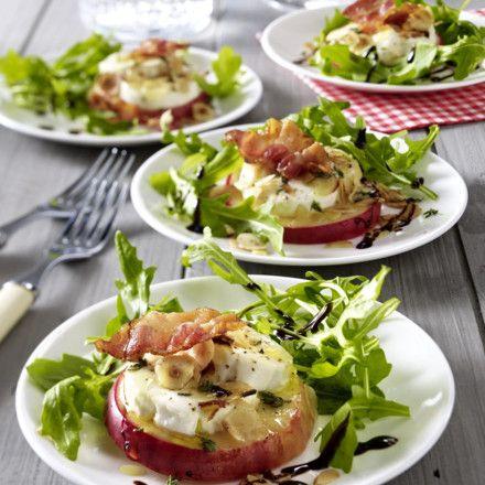 Mit Ziegenkäse gratinierter Apfel auf Salat Rezept | LECKER