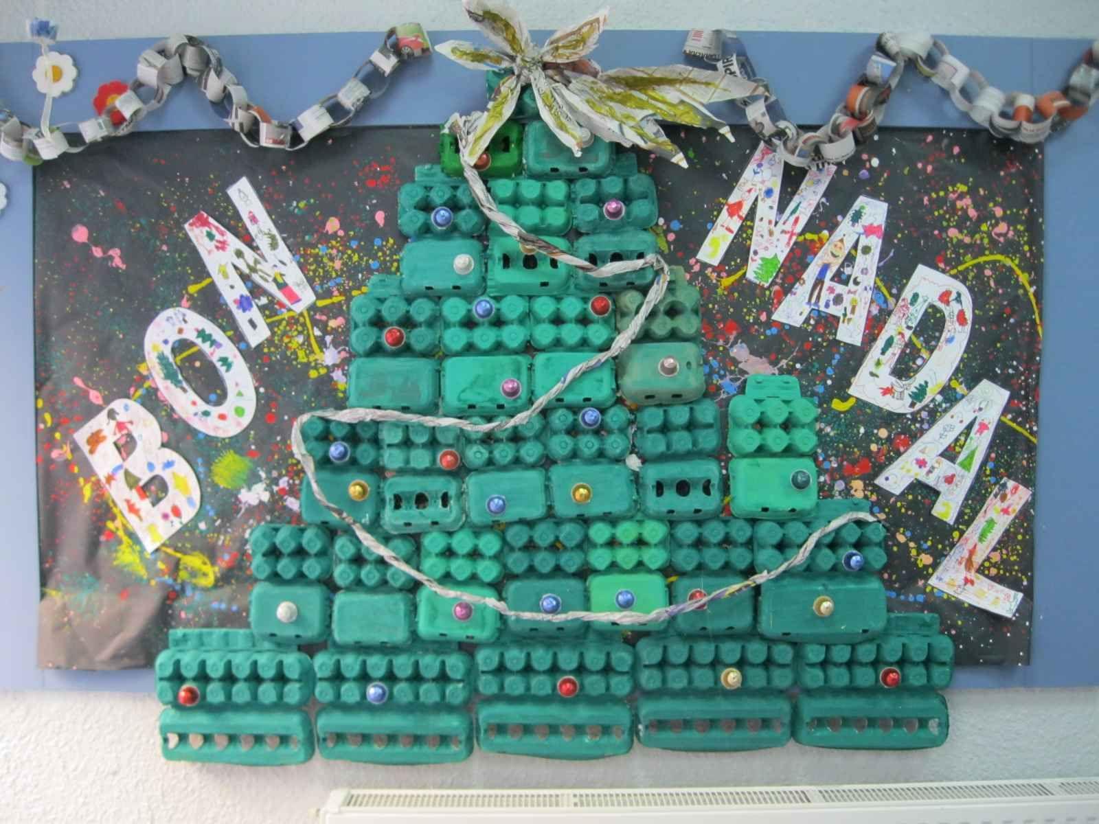 Un mural con rbol de navidad con material reciclado - Murales decorativos de navidad ...