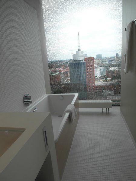 So sieht es in einem der Badezimmer des Westin Hamburg aus. | Herzog ...